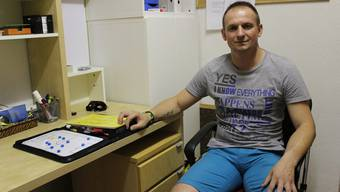 Goran Gasic sitzt in seinem Trainerbüro. Der Serbe ist überzeugt, dass der Liga-Erhalt gelingen wird.