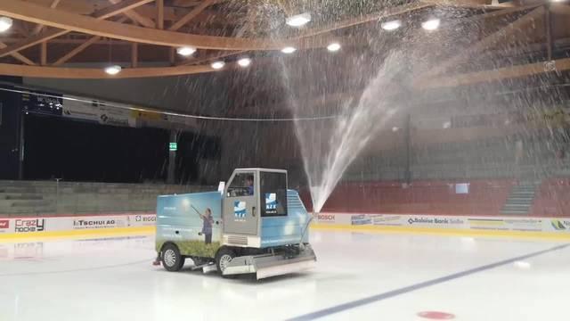 Eismaschine verteilt Wasser auf der Eisfläche im Stadion Zuchwil
