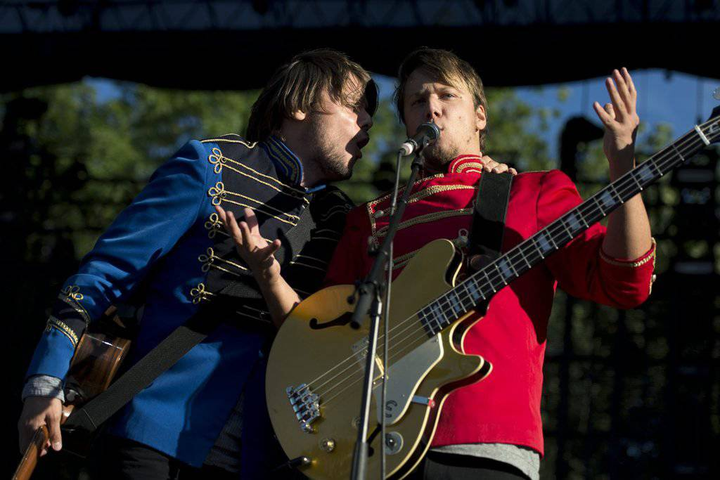Esra Buchli (rechts) mit seinem Bruder Simri Buchli. Sie gehören zur Band «77 Bombay Street». (Bild: KEYSTONE/Martial Trezzini)