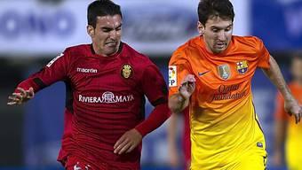 Lionel Messi (r.) im Zweikampf mit Mallorcas Tomer Hemed.