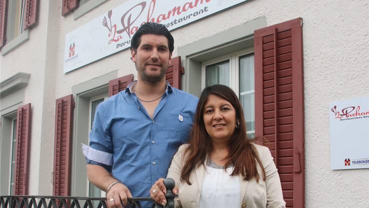 Die Wirtin Kelly Rain und ihr Mann Cristian vor dem «La Pachamama».
