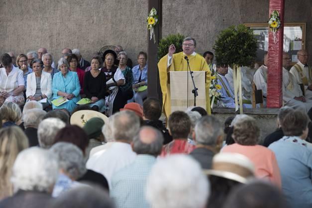 Pfarrer Josef Stübi sprach während der Messe zu den Gläubigen