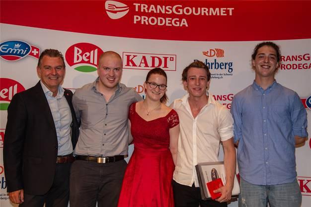 Koch EFZ: Simon Rolf Grimbichler (3. Rang), Sarah Schluep, Joël Carazzai (beide 2. Rang), Jarno Fuhrer (1. Rang). Rechts: Thomas Scuderi (Transgourmet/Prodega). Bild: zvg