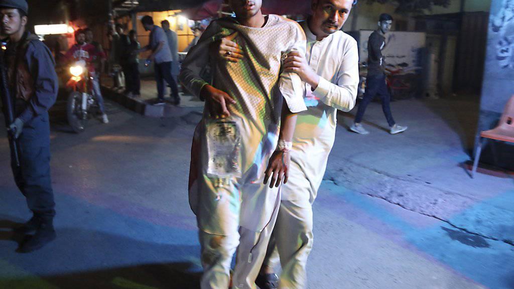 Die Terrormiliz IS hat sich zu einem Doppelanschlag am Mittwoch in Kabul auf ein Sportcenter bekannt.