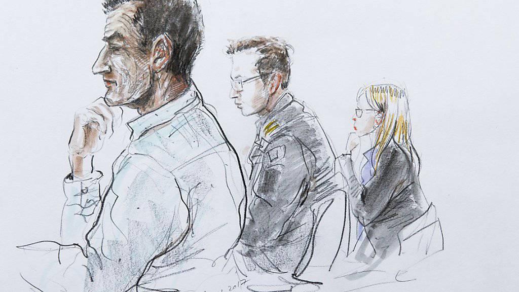 Der verurteilte Grenzwächter (links) und die Staatsanwälte während der Verhandlung Ende November. Das Militärgericht in Bern hat ihn zu einer bedingten Freiheits- und Geldstrafe verurteilt. (Archivzeichnung)