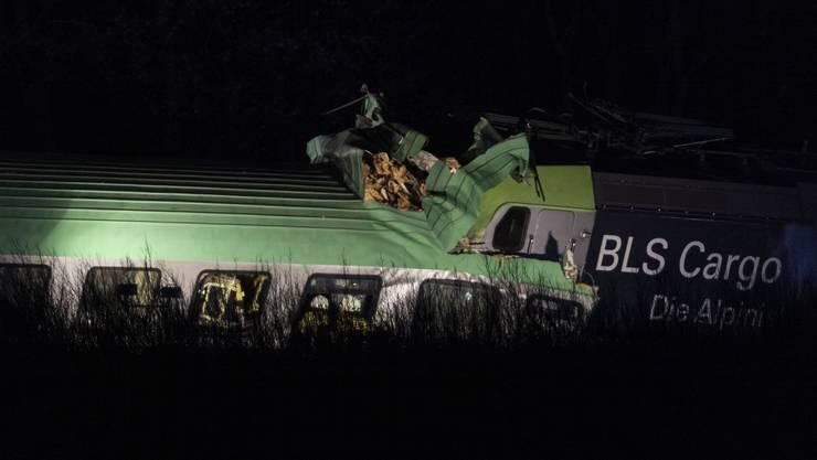 Ein Güterzug der BLS Cargo kollidierte am 2. April mit einem Brückenteil.