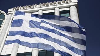 Die griechische Flagge weht vor der Börse in Athen. (Symbolbild)