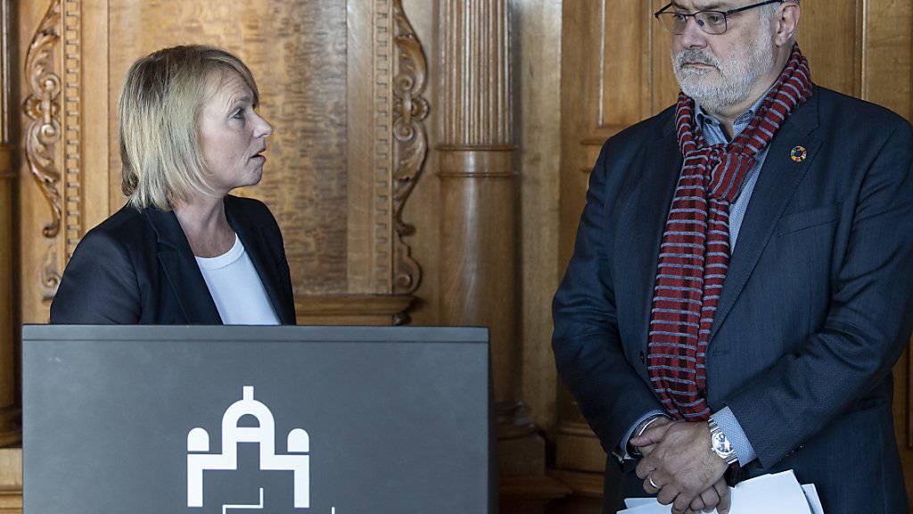 Elisabeth Schneider-Schneiter (CVP/BL) und Carlo Sommaruga (SP/GE) erläutern vor den Medien die Stellungnahme der Aussenpolitischen Kommission zum Rahmenabkommen mit der EU.
