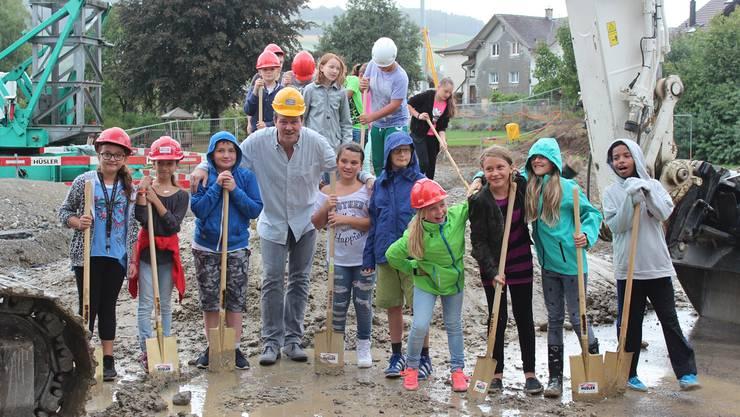 Die Reinacher Schulkinder – hier mit Gemeinderat Thomas Brem –  durften den Spatenstich für ihr neues Schulhaus selber vornehmen.