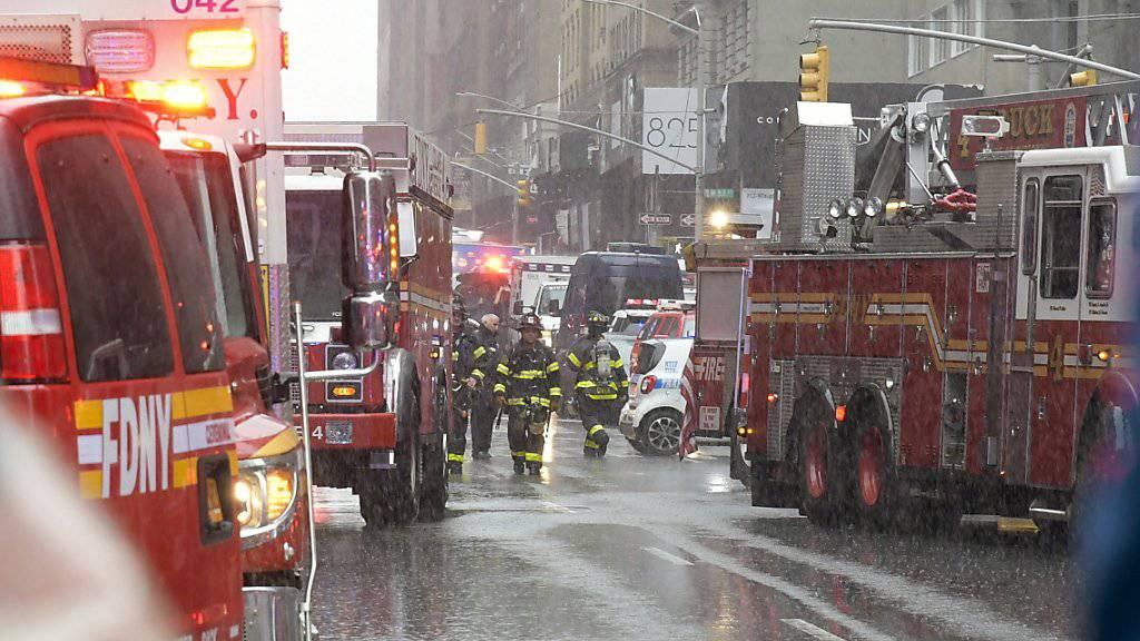 Grosseinsatz in Manhattan: Die Ursache des Helikopterabsturzes auf ein Hochhaus war auch am Dienstag unklar.