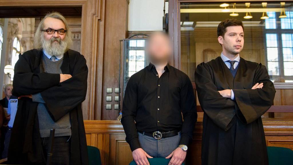 Der Angeklagte Marvin N. wartet auf die Urteilsverkündung. Beide Angeklagten wurden wegen Mordes verurteilt.