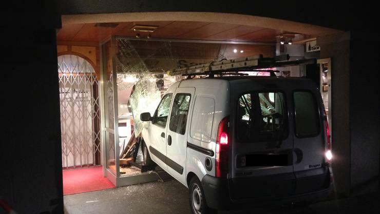 In der Nacht auf Dienstag sind rammten Einbrecher mit einem Renault Kangoo ein Schaufenster der Bijouterie Saner und brachten sie zum Bersten. Bei der Fahndung konnte die Polizei zwei nordafrikanische Asylbewerber, einen 22-jährigen Algerier und einen 23-jährigen Marokkaner, unter dringendem Tatverdacht festnehmen. Welche Beute die Einbrecher gemacht haben, ist noch unklar.