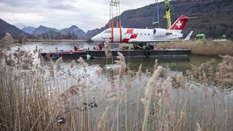 Der Rega Ambulanzjet CL-604 tritt seine letzte Reise an: Auf dem Seeweg wurde er vom Flugplatz Alpnach über den Vierwaldstättersee nach Luzern ins Verkehrshaus transportiert.