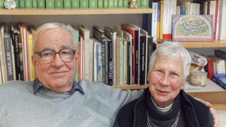 Der Schriftsteller und alt Pfarrer Kurt Marti zusammen mit seiner Gattin Hanni am Freitag, 19. Januar 2001 in ihrem Domizil in Bern.