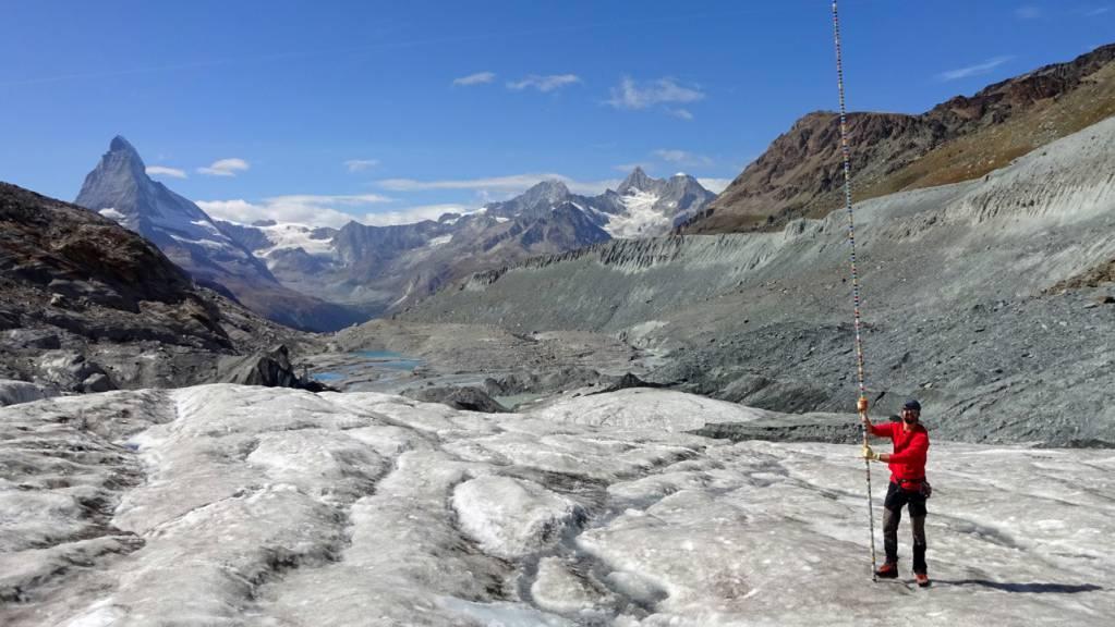 Auf der Zunge des Findelengletschers schmolzen acht Meter Eis im letzten Jahr, illustriert durch die Höhe der Pegelstange.