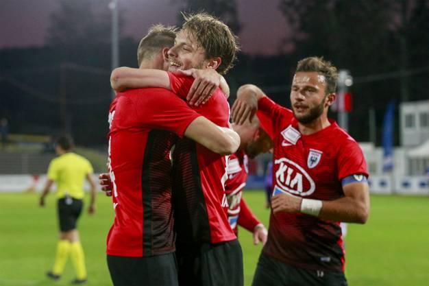 Nicolas Bürgy, Olivier Jäckle und Elsad Zverotic sind erleichtert über den Abpfiff der Partie und freuen sich über die drei erspielten Punkte.