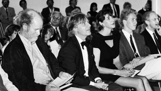 Maya Steinberger 1979 an einer Modeschau im Zirkus Stey – Emil, Maya und Philipp Steinberger 1988 anlässlich der Preisverleihung des Hans-Reinhart-Rings. Foto: Key