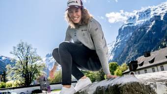 Michelle Gisin im Garten des Klosters Engelberg.