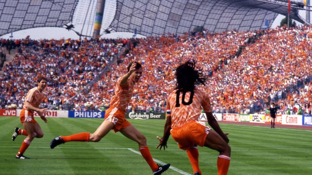 Marco van Basten und Ruud Gullit bejubeln den Sieg im Final in München gegen die Sowjetunion