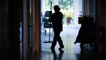 Müssen die Reinigungskräfte um ihren Job fürchten? Der Kanton sagt Nein. (Symbolbild)