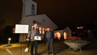 Demonstration von Rolf Sommer (links) für das Läuten von Kirchglocken auch in der Nacht vor der reformierten Kirchgemeindeversammlung in Hägendorf.