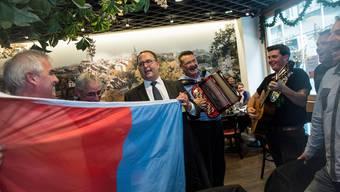 Norman Gobbi wird von Anhängern der Lega dei Ticinesi nach den Bundesratswahlen trotz Nicht-Wahl gefeiert.