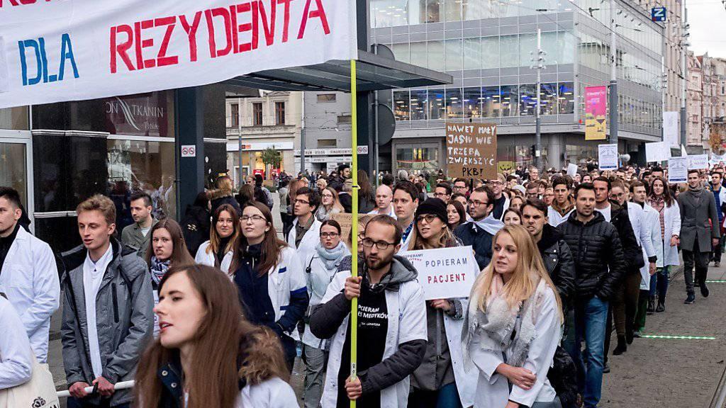 Immer mehr Medizinstudenten unterstützen den Hungerstreik von Assistenzärzten in zahlreichen Städten Polens. (Archivbild von Katowice)