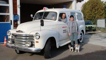 Kurt und Belinda Neeser zeigen zum 50-Jahr-Jubiläum ihres Rettungsdienstes den 1952er-Rettungs-Chevrolet.