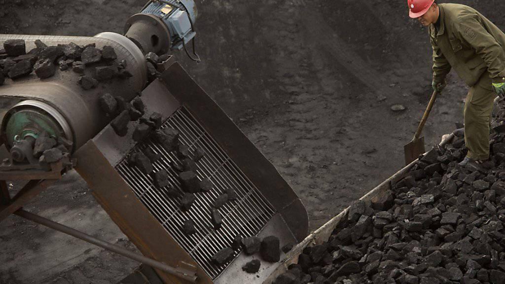 Kohlebergwerk in China: Der Versicherungskonzern Allianz rechnet damit, dass klimaschädliche Investments sich in Zukunft nicht mehr lohnen werden und verringert deswegen seine Investitionen in Kohleminen und dergleichen. (Symbolbild)