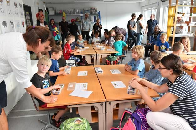 Zu Beginn durften die Eltern noch mit ins Klassenzimmer im Container