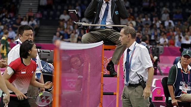 Schiedsrichter Berg (r.) im Disput mit einer indonesischen Athletin