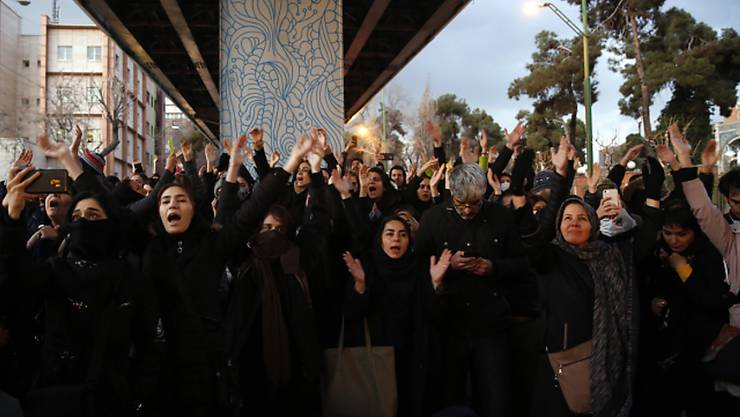 Nach dem Bekenntnis des Iran zum versehentlichen Abschuss eines ukrainischen Passagierflugzeugs hat es in Teheran Proteste gegen die Regierung gegeben.