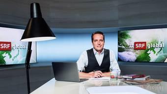 Eine Lampe und warmes Licht: Florian Inhauser im #SRFglobal-Studio.