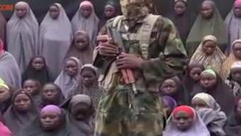 Ein Boko-Haram-Kämpfer zeigt die entführten Mädchen in Nigeria in einem Video - Gespräche mit der Regierung über die Freilassung der Geiseln sind bereits dreimal gescheitert.