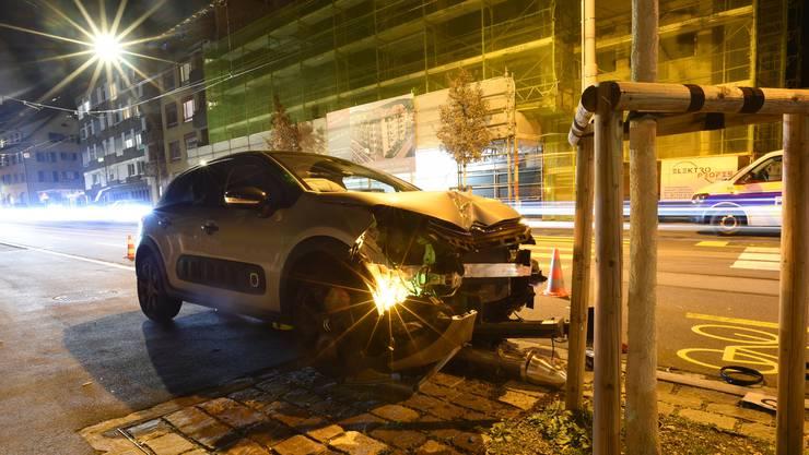 In Riehen klaute ein 37-jähriger Mann ein Auto und fuhr danach in eine Ampel.