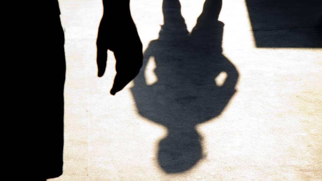 21-Jähriger attackiert Ehepaar und fordert Bargeld