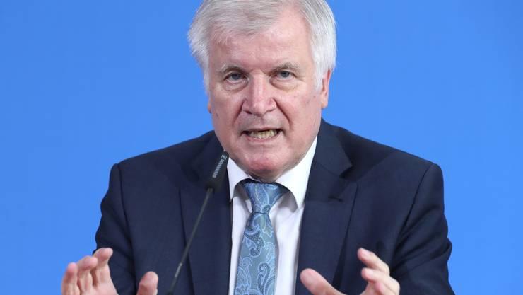Der deutsche Innenminister Horst Seehofer an einer Pressekonferenz nach dem Vorfall in Frankfurt.
