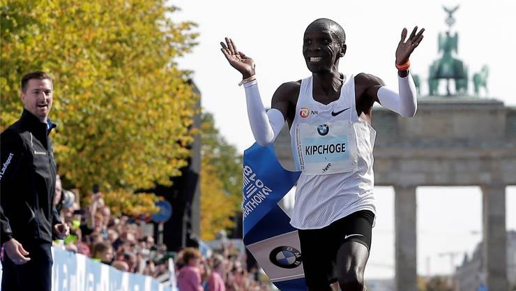 Lächelnd in den Marathon-Olymp: Eliud Kipchoge bei seinem Weltrekord in Berlin.