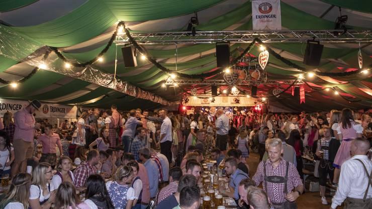 Auch in Egerkingen wird die Tradition des Oktoberfests gewahrt: Die Frauen tragen allesamt Dirndl, die Männer erscheinen in Lederhosen.