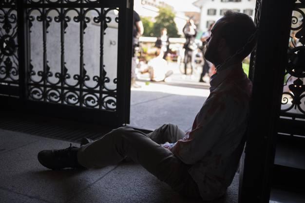 Ein Klimaaktivist von Action ou Extinction hat sich ans Eingangstor des Parlamentsgebaeudes gekettet am Rand der Sommersession der Eidgenoessischen Raete, am Dienstag, 18. Juni 2019 in Bern. (KEYSTONE/Alessandro della Valle)