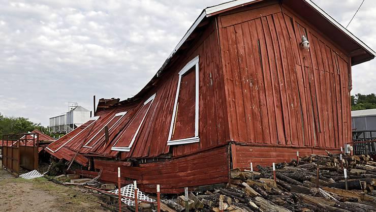 Der Wind blies auch für diese Holzhütte zu stark.