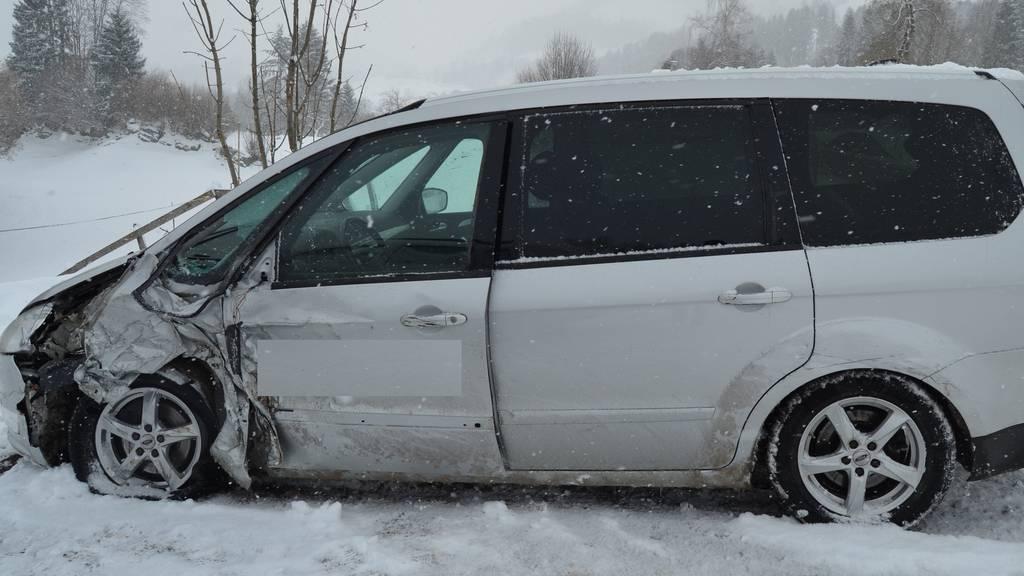Mehrere Unfälle wegen schneebedeckter Strassen