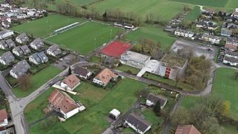 Das grösste Entwicklungsgebiet der Gemeinde, der Zelgliacker (hinten rechts nach dem Gheidgraben im Bild), soll mit der nächsten Ortsplanungsrevision zur Wohnzone werden.