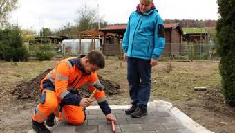 Dominik Fahrni (17) zeigt Corina Steiger (11), wie man einen Verbundsteinplatz baut. Im Rahmen des Zukunftstags begleiten Kinder ihre Eltern an deren Arbeitsplätze.
