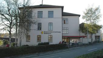 Das Gebäude wurde im Jahre 1851 gebaut. Einst diente es als Schulhaus für die Juden, heute ist darin die Gemeindeverwaltung untergebracht.