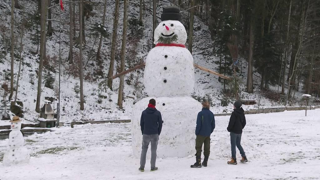 Jugendliche bauen fünf Meter hohen Schneemann