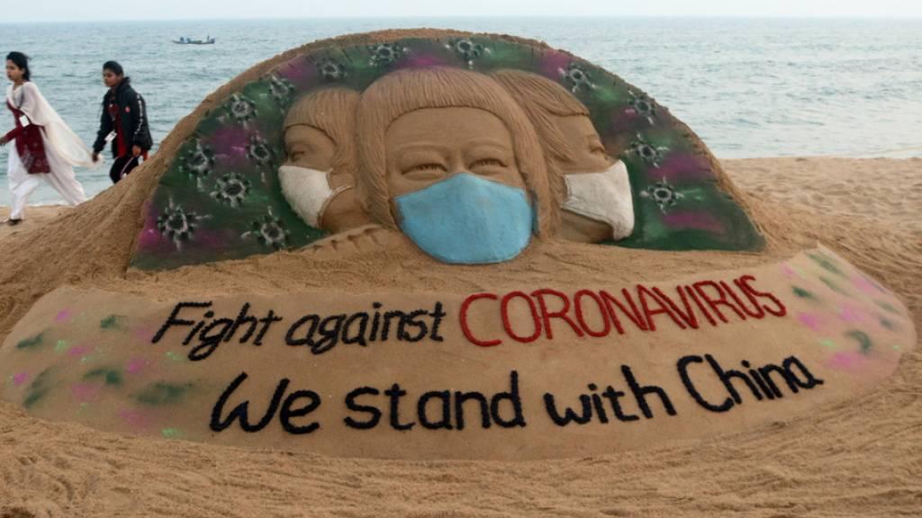 Solidaritäts-Sandskulptur des indischen Künstlers Sudarsan Pattnaik für China. Im Reich der Mitte ist die Corona-Pandemie extrem verniedlicht worden, wie eine neue Studie beweist. (Symbolbild)
