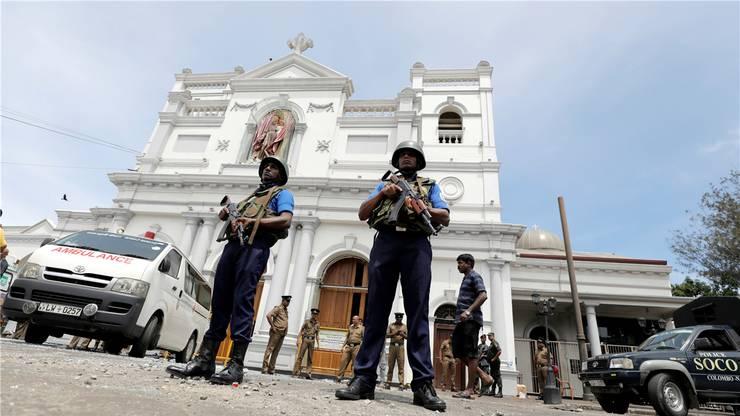 Schwerbewaffnete Sicherheitskräfte vor der St.-Anthony-Kirche in Colombo.