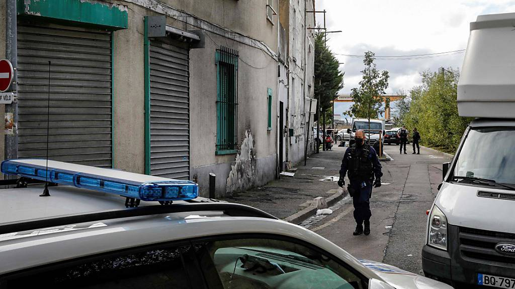 Die Polizei sperrt den Bereich vor einem Haus ab. Ermittler haben in einem Haus in einem Pariser Vorort fünf Tote gefunden. Foto: Geoffroy Van Der Hasselt/AFP/dpa