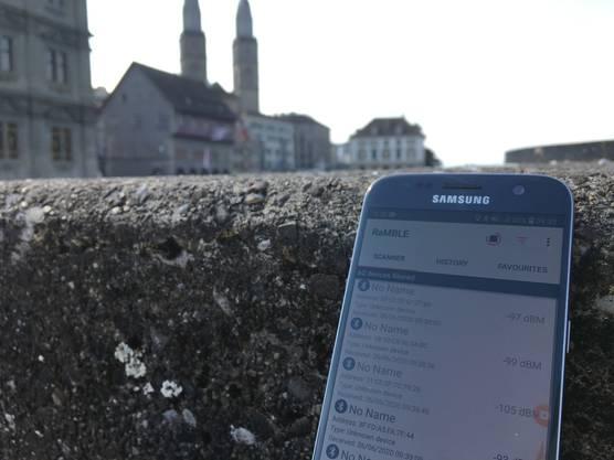 Aufgespürt: Hinter dem Zürcher Rathaus sind am Freitagmorgen ein halbes Dutzend Smartphones mit Corona-Apps messbar.